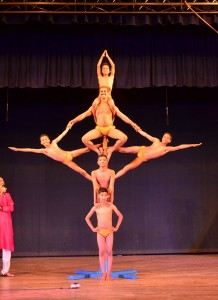 kids-along-with-their-teacher-performing-malkhambh-during-unveiling-theratre-otganised-by-footlights-3