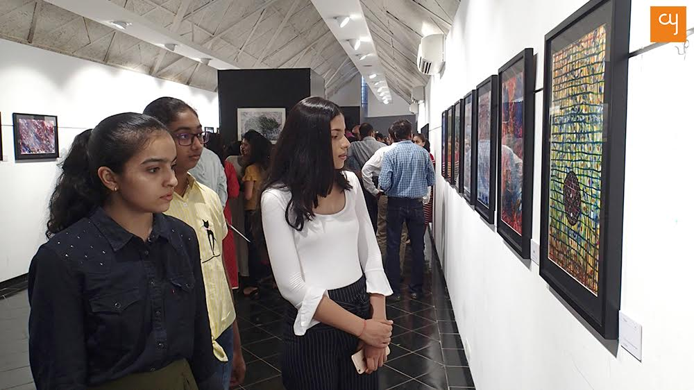 4-onlookers-looking-at-muskaans-paintings-on-the-inaugral-day